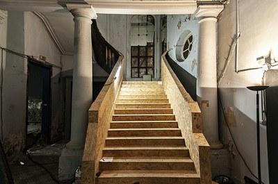 L'escalier d'honneur est soigneusement protégé durant le chantier (fin 2018).