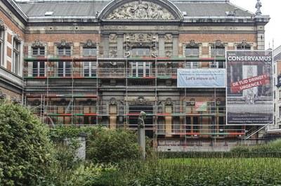 Façade sud sur la cour intérieure pendant la restauration des châssis (A. de Ville de Goyet©GOB-MRBC)