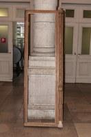 Battant démonté pour restauration. En bas à droite, élément remplacé à l'identique (A. de Ville de Goyet©GOB-MRBC)