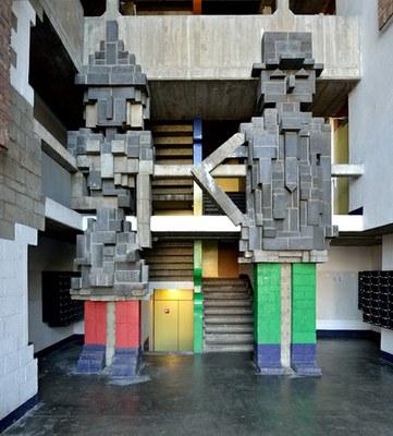 Bâtiment œcuménique, les personnages de l'entrée. – Photo W. Kennis © urban.brussels