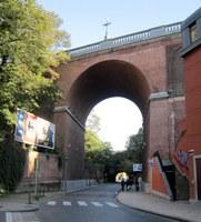 Pont surplombant la rue Gray